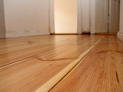 Wunderschönes Dielendesign vom Profi aus Berlin - OS-B schleift Ihre Dielen ab, bessert Schäden aus und pflegt den alten Holzboden auch in der Ofenecke und beim Türschweller